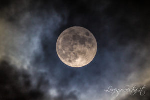 Luna piena tra le nuvole