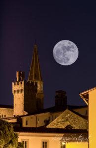 Luna con il duomo di Arezzo e la torre del Comune