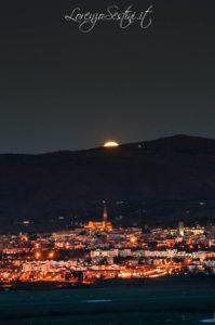 Arezzo e il sorgere della Luna.