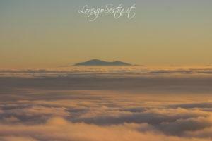 Il monte Amiata fotografato dal Pratomagno con nebbia.